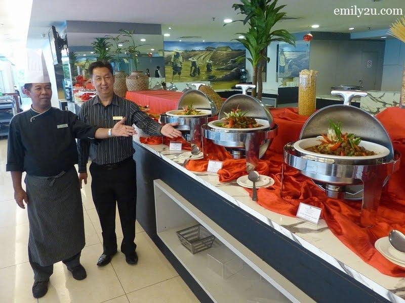1. Palong Coffee House Executive Sous Chef Hamdan Jidi (L) and Kinta Riverfront Hotel Marcom Manager Mac Loh (R) present three Chef's Signature Dishes