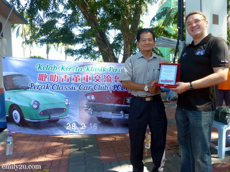 10. Chairman of Perak Classic Car Club Mr. Yap (L) presents a plaque of appreciation to Mr. David Lacey from Malaysia and Singapore Vintage Car Register (Northern Region)