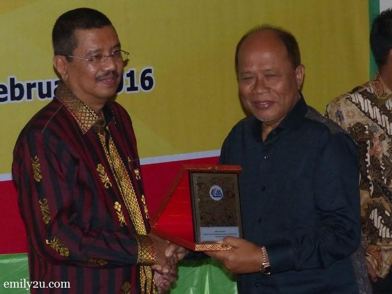 10. Chairman of The Perak Malay Contractors Association Malaysia (PKMM) Datuk Wira Jamaluddin Abdul Rahim (R) presents a memento to North Sumatra Governor Ir. H. Tengku Erry Nuradi, M.Si