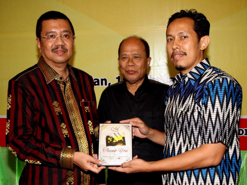 11. President of Perak Media Sports and Welfare Club Wan Asrudi Wan Hasan (R) presents a memento to North Sumatra Governor Ir. H. Tengku Erry Nuradi, M.Si