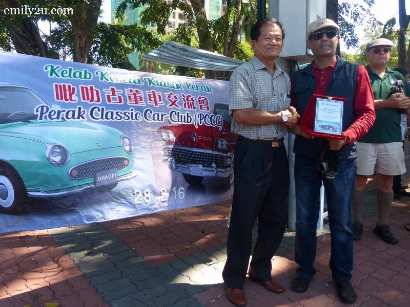 12. Chairman of Perak Classic Car Club Mr. Yap (L) presents a plaque of appreciation to Mr. Johnny Chandnani, Head of Central Region MSVCR