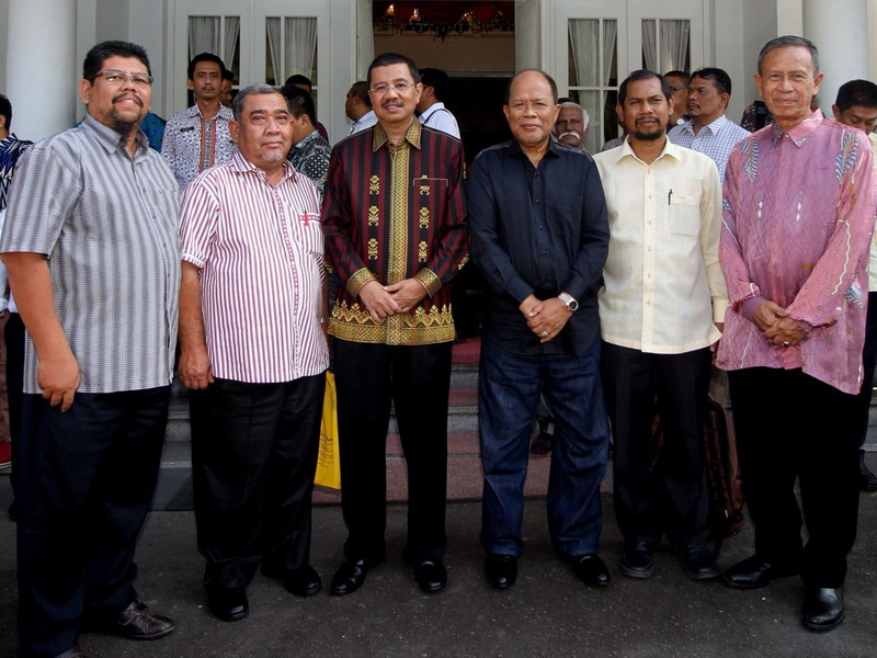 13. official photo of North Sumatra Governor Ir. H. Tengku Erry Nuradi, M.Si (in batik) with leaders of the Malaysian delegation