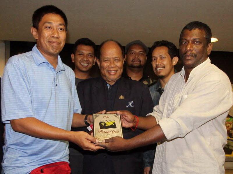19. Vice President of Perak Media Sports and Welfare Club L. Manimaran (R) presents a memento to Tajul Safuan Bin Abu Bakar, Manager, Syarikat Perumahan Negara Berhad Negeri Perak