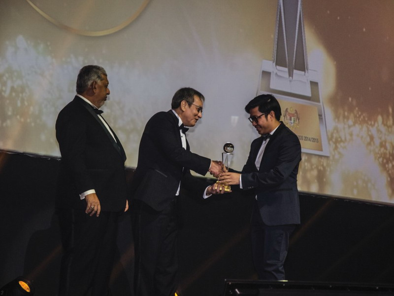 1. Managing Director of Gaya Travel Magazine Nuar Mohd. Diah (R) receives the Best Tourism Magazine (Local) award from the Tourism Malaysia Chairman Wee Choo Keong