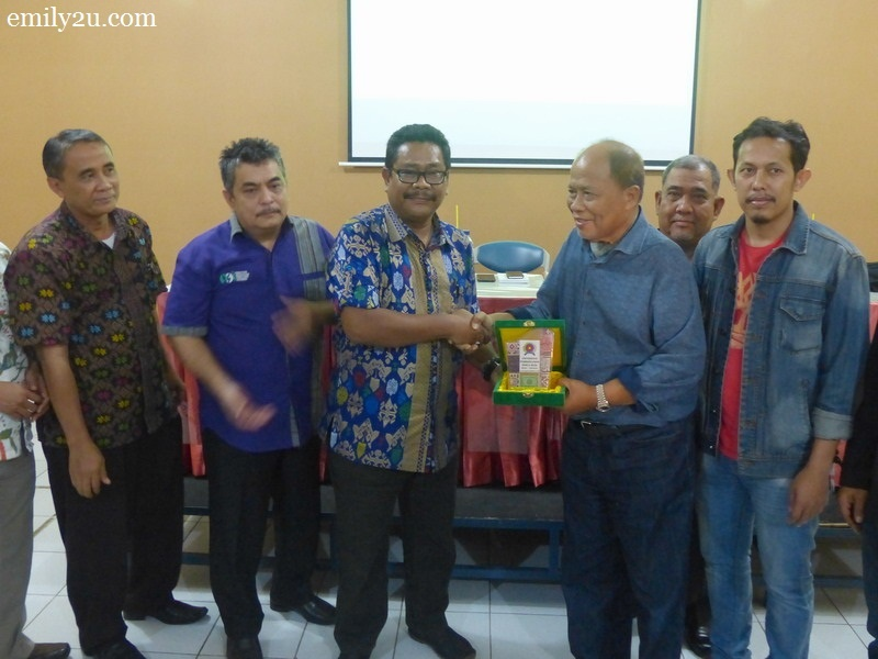3. exchange of memento between Chairman of The Perak Malay Contractors Association Malaysia (PKMM) Datuk Wira Jamaluddin Abdul Rahim (R) and Rektor I Ir. Bhakti Alamsyah M.T Ph.D. of Universitas Panca Budi, Medan