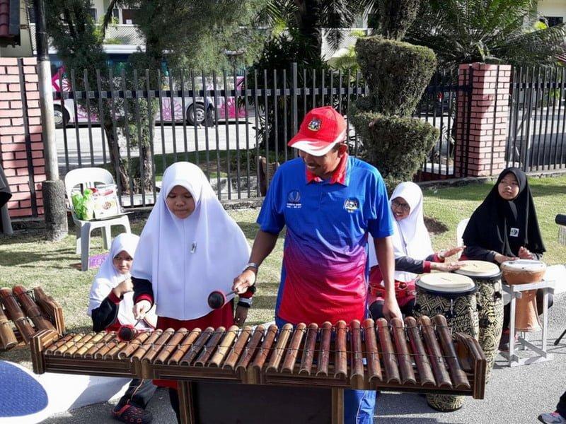 6. Ipoh City Mayor Datuk Zamri Man tries his hand at playing music
