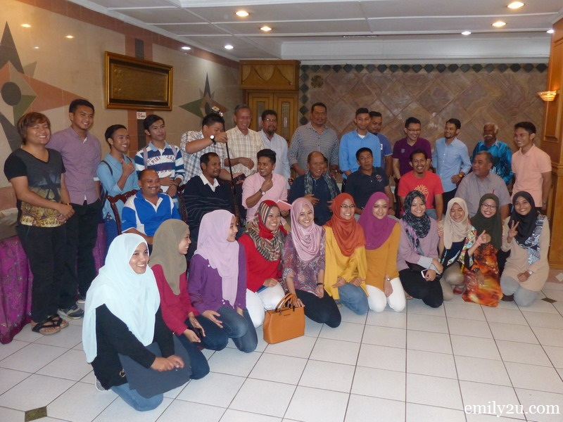 6. officials of the Perak delegation take a group photo with members of Kelab UMNO Medan