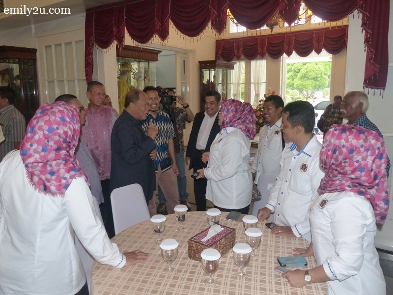 7. Chairman of The Perak Malay Contractors Association Malaysia (PKMM) Datuk Wira Jamaluddin Abdul Rahim chats with the committee members of Persatuan Wartawan Indonesia (PWI) Provinsi Sumatera Utara