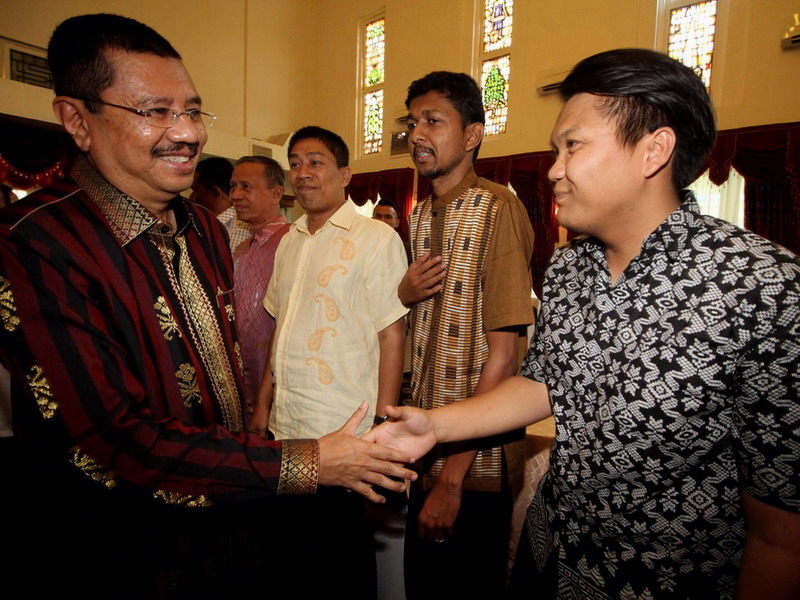 8. North Sumatra Governor Ir. H. Tengku Erry Nuradi, M.Si (L) arrives at the luncheon that he hosts