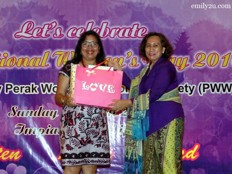 10. President of Perak Women for Women (PWW) Pn. Halida Ali (R) presents a token of appreciation to Ivy Josiah