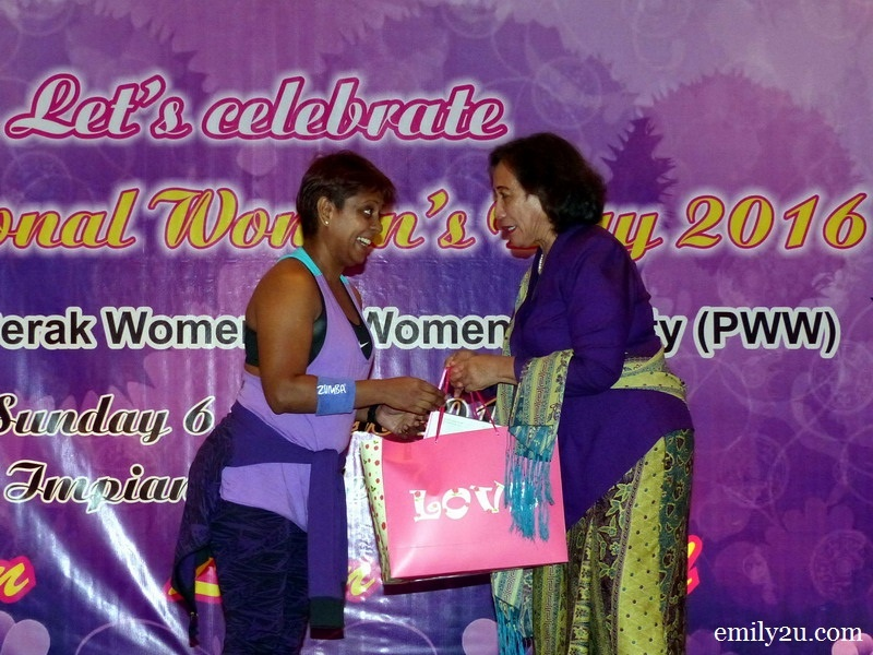 11. President of Perak Women for Women (PWW) Pn. Halida Ali (R) presents a token of appreciation to Coach Sophia