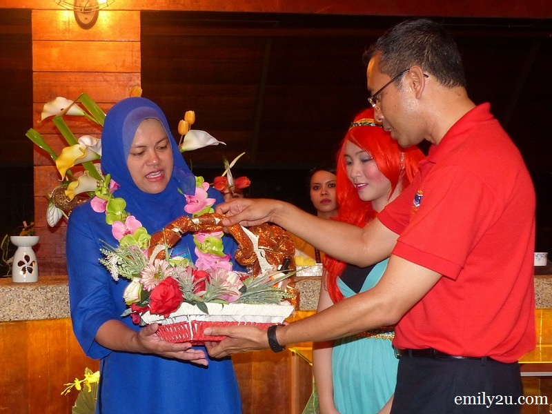 14. Lost World of Tambun General Manager Malizan Zakaria (in red) presents a gift of appreciation to Datuk Nolee Ashilin Mohammed Radzi, Chairman of Perak State Tourism Board
