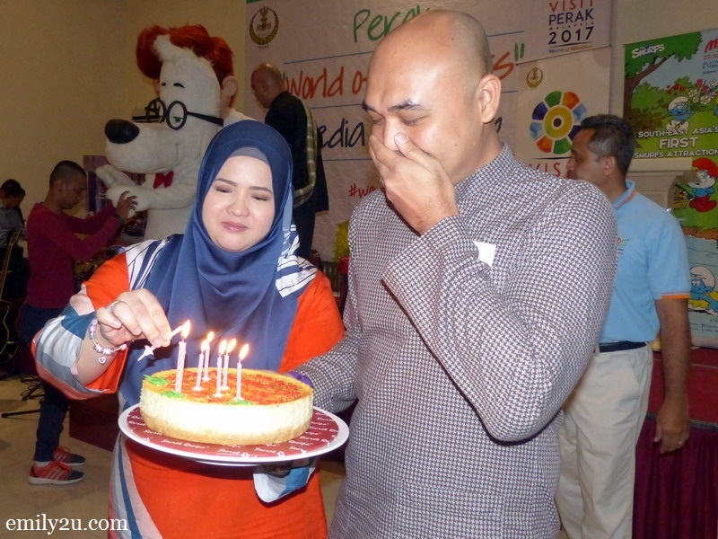 15. a surprise cake from Tourism Perak for birthday boy Ed Junaidi (R)