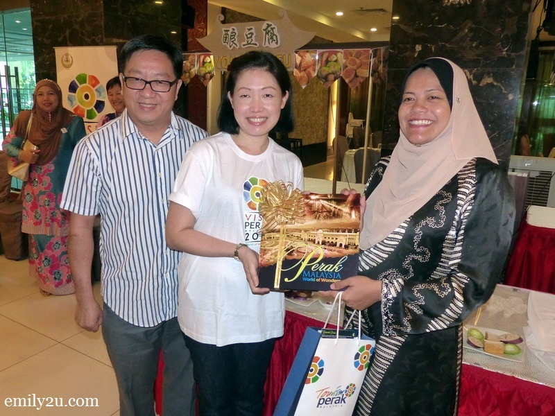 2. Chairperson for Tourism YB Dato' Nolee Ashilin bt. Dato' Mohammed Radzi presents a gift to club chairperson Ms. Regina Choy, as hotel owner Dato' Ting Sing Yiew looks on