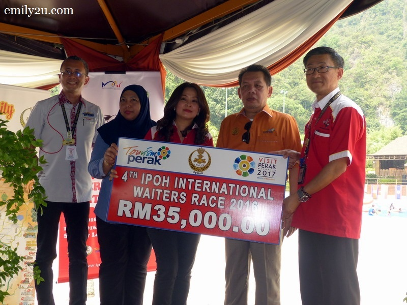 4. presentation of mock cheque for the amount of RM35,000 from Tourism Perak acting Chief Executive Officer Puan Zuraida Md. Taib (second from left)