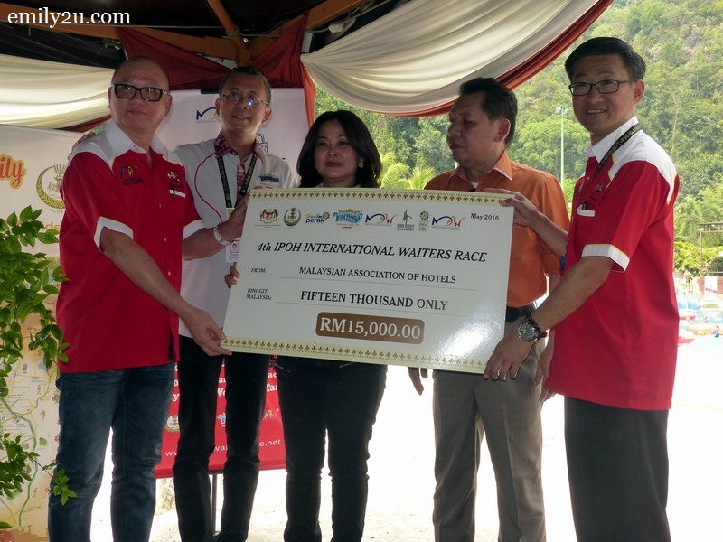 5. presentation of mock cheque for the amount of RM15,000 from the Malaysian Association of Hotels (MAH) represented by Ron Low, General Manager of Excelsior Hotel Ipoh (second from left)