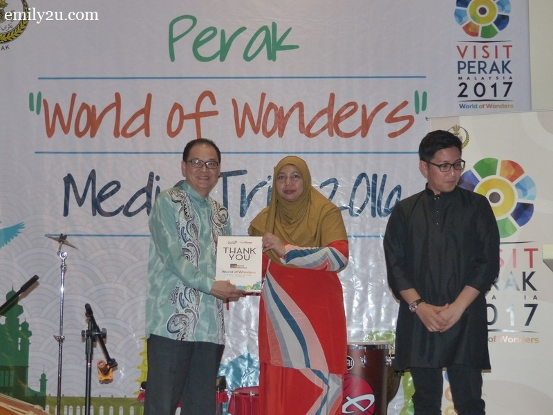 5. Tourism Perak acting Chief Executive Officer Puan Zuraida Md. Taib presents an appreciation plaque from Gaya Travel Magazine to accommodation host, Cititel Express Ipoh represented by Resident Manager Mr. Jason Chan