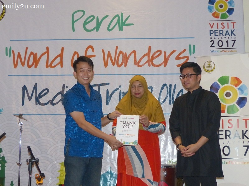 6. Tourism Perak acting Chief Executive Officer Puan Zuraida Md. Taib presents an appreciation plaque from Gaya Travel Magazine to Funtasy House Trick Art manager Mr. Andrew Chew