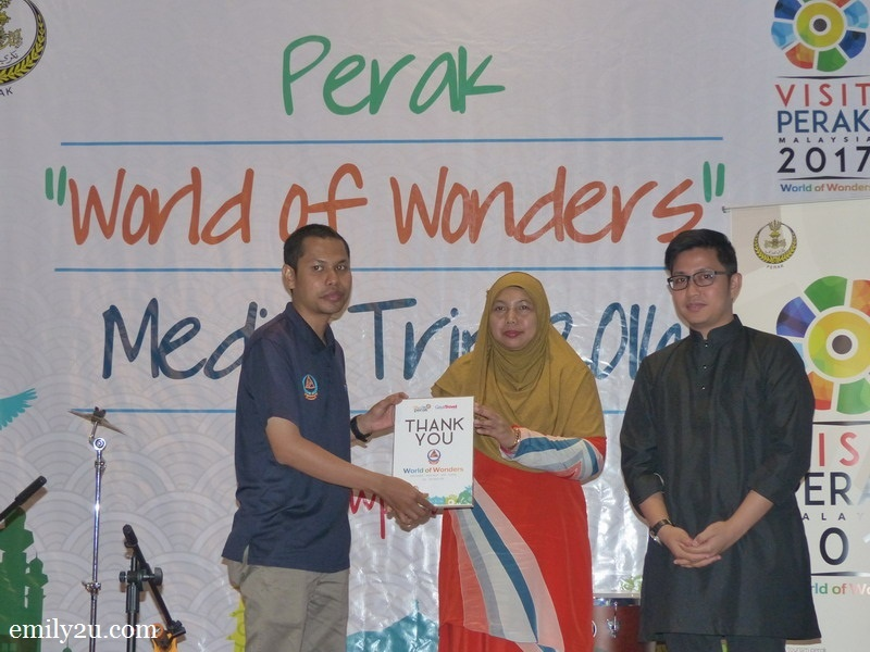 7. Tourism Perak acting Chief Executive Officer Puan Zuraida Md. Taib presents an appreciation plaque from Gaya Travel Magazine to the Malaysia Civil Defence Department (JPAM)