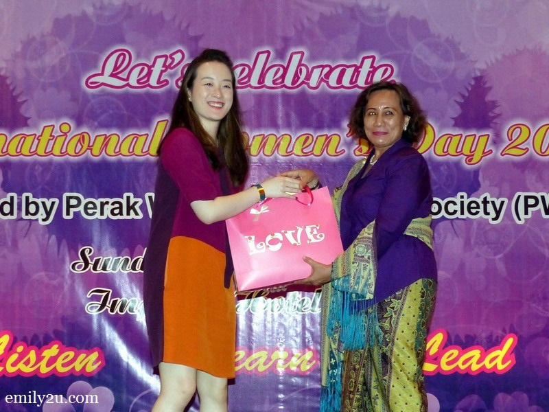 8. President of Perak Women for Women (PWW) Pn. Halida Ali (R) presents a token of appreciation to Hannah Kam