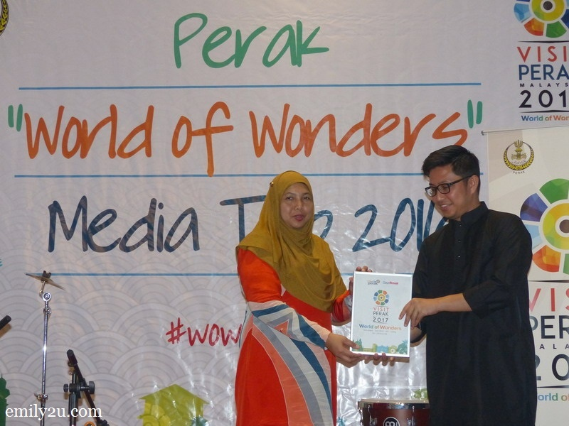 8. Gaya Travel Magazine Managing Director Nuar Mohd. Diah (R) presents an appreciation plaque to Tourism Perak acting Chief Executive Officer Puan Zuraida Md. Taib