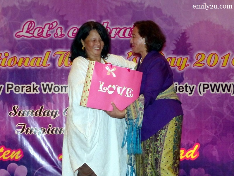 9. President of Perak Women for Women (PWW) Pn. Halida Ali (R) presents a token of appreciation to Zainah Anwar