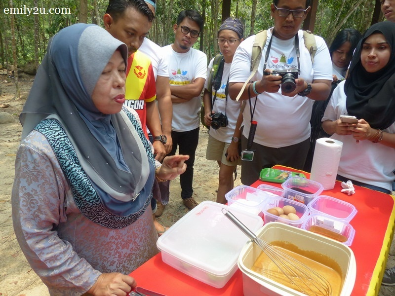 1. Pn. Hamidah demonstrates the making of Apam Gula Hangus