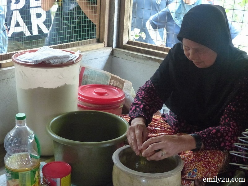 1. Pn. Maslamat prepares the dough for her famous Bengkulu tart