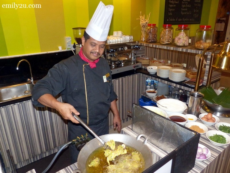 1. Impiana Hotel Ipoh's very own celebrity chef, Chef Azman bin Azelah, busy preparing his signature cucur udang
