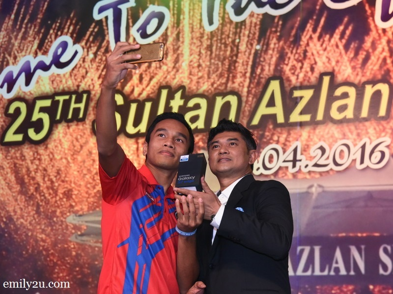10. Lucky Malaysian player who won a Samsung Galaxy S7 Edge in a lucky draw. Prize was presented by former national player, Minarwan Nawawi (R).