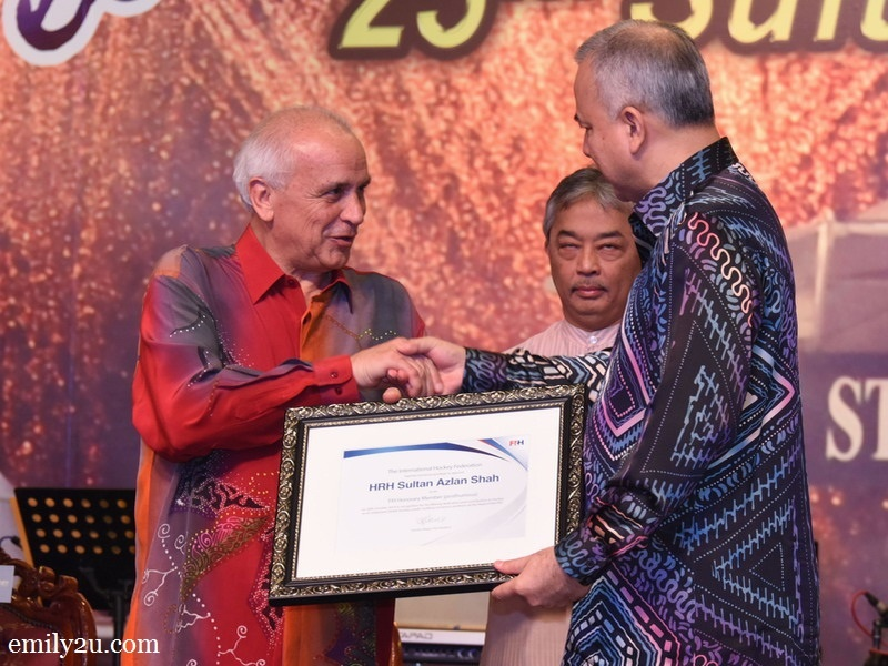 2. The 'Member of Honour' Award is presented to the late Sultan Azlan Shah by International Hockey Federation (FIH) President Leandro Negre at the official dinner of the 25th Sultan Azlan Shah Cup. The accolade was received by his heir, HRH Sultan Nazrin Shah.