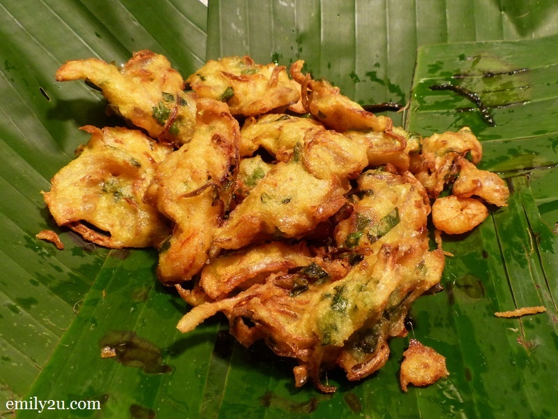 2. cucur udang (prawn fritters) hot off the wok