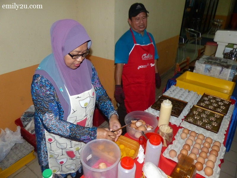 2. Ismail's wife prepares the eggs