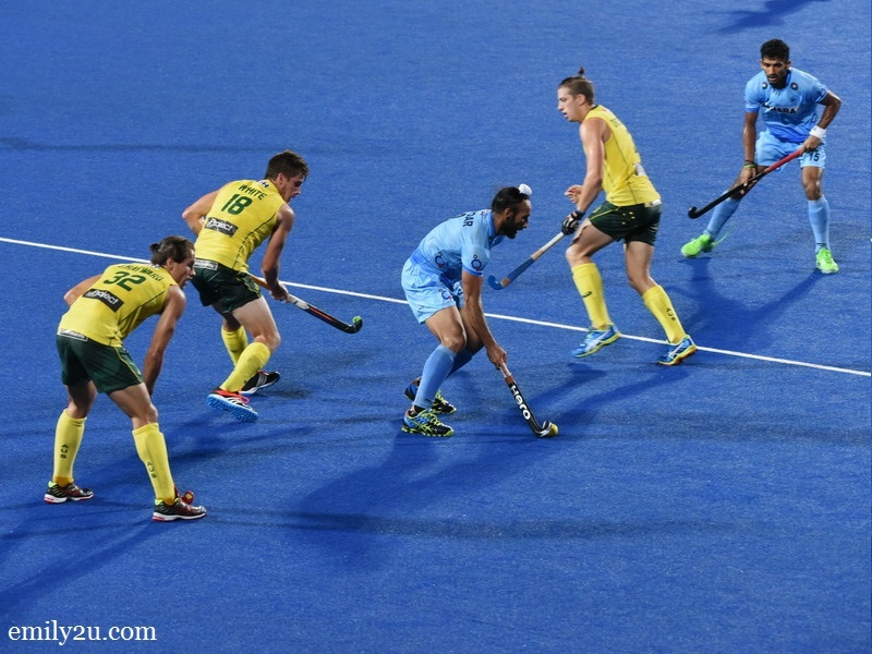4. Indian captain Sardar Singh surrounded by Aussies