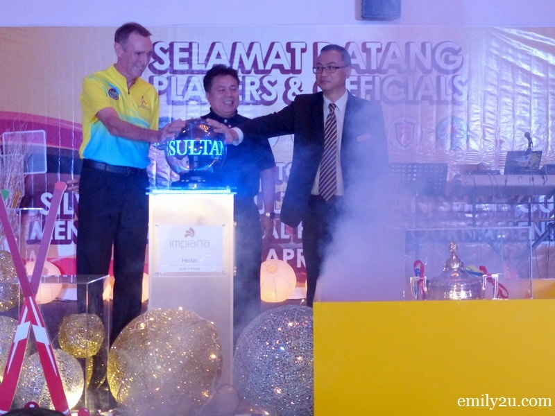 4. launching gimmick (L-R): Tournament Director Gary Marsh, Organising Chairman and President of Perak Hockey Association  Y. Bhg. Dato' Haji Abd Rahim bin Md. Ariff and IHI Director of Sales Edward Lai