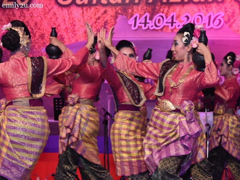 5. dance performance by Kumpulan Selendang Perak