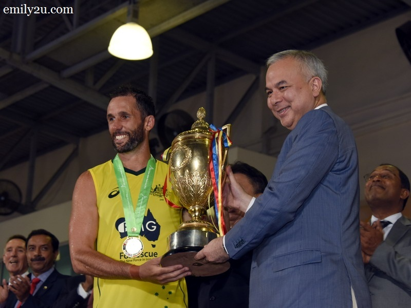 6. Australian Captain Mark Knowles (L) lifts the Sultan Azlan Shah trophy from HRH Sultan of Perak Sultan Nazrin Shah