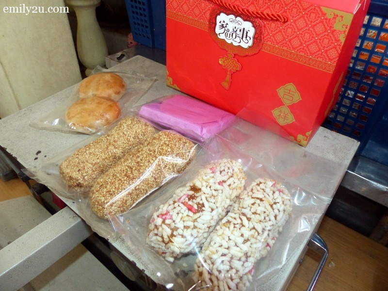 7. 'Lao Huei' along with 'Mua Lao' (sesame cracker) and other biscuits are packaged as part of a traditional wedding gift by the groom to the bride's family to be given out to their relatives to announce their daughter's marriage