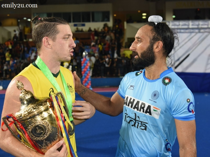 8. Indian Captain Sardar Singh (R) congratulates Australia's Simon Orchard (L)
