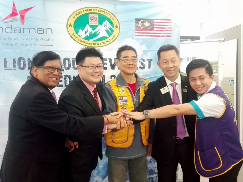 Dato' Sri Dr. Vincent Tiew (second from left) and members of Lions Clubs International District 308 B1 extend their best wishes to James C.M. Lee (m)