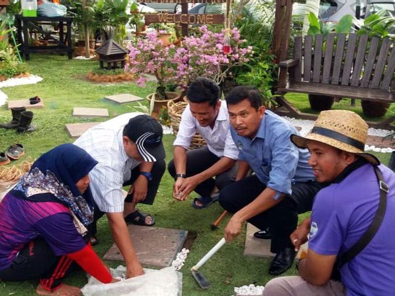 1. Ipoh City Mayor Dato' Zamri Man (in blue) gives a helping hand in creating the garden concepts