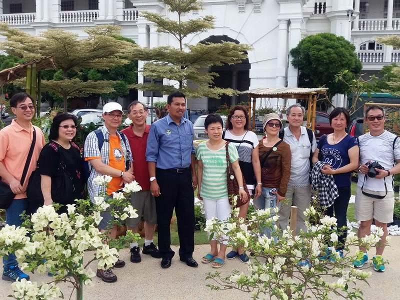5. Ipoh City Mayor Dato' Zamri Man takes a group photo with newly-arrived tourists