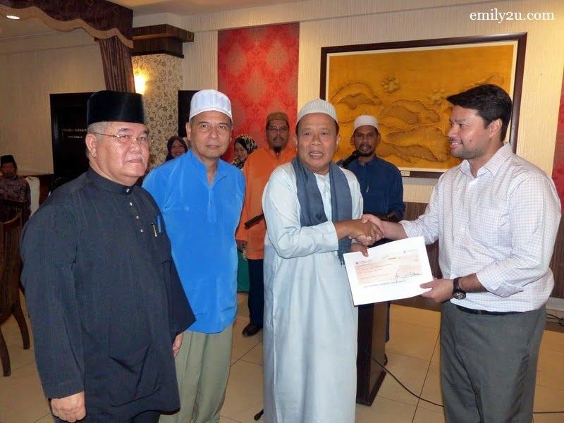 1. Persatuan Kontraktor Melayu Malaysia Negeri Perak (Perak Malay Contractors Association Malaysia) headed by its Chairman Datuk Wira Jamaluddin Bin Hj. Abdul Rahim (in white robe) donates RM30,000 to Yayasan Kadir of Yayasan Bina Upaya Darul Ridzuan (YBU)