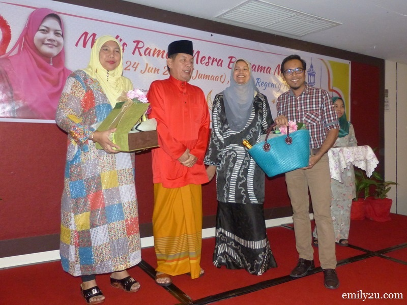 1. Rosli Mansor from Ipoh Echo receives his hamper from (L-R) Tourism Perak acting Chief Executive Officer Puan Zuraida Md. Taib, Perak Tourism Management Berhad Chairman Muhamad Kamil Shafie & Perak State Exco for Tourism, Arts and Culture Dato' Nolee Ashilin bt. Dato' Mohd. Radzi
