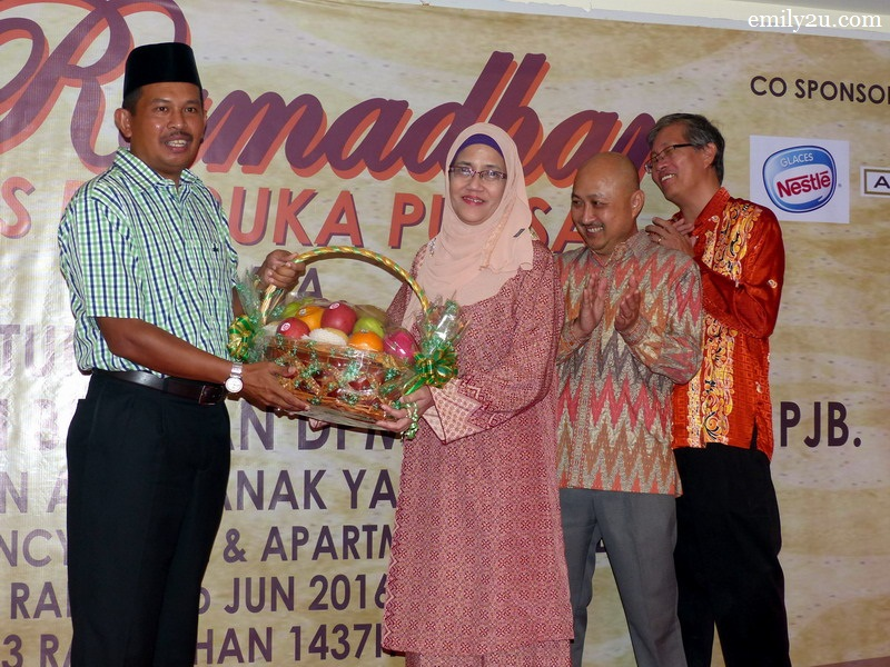 10. Tower Regency Hotel, represented by hotel manager  Mariana Abdul Hamid , presents a token of appreciation to Ipoh City Mayor Dato' Zamri Man (L) as hotel directors Ding Poi Kooi (R) and Cheong Soon Loong (2nd from right) look on