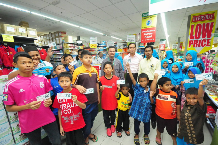 6. shopping vouchers for the children sponsored by Econsave Klebang