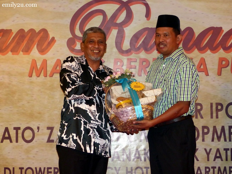 9. Ipoh City Mayor Dato' Zamri Man presents a token of appreciation to sponsors. Representative from Nestle Malaysia, Mr Sheikh Farouk Bin Sheikh Muhammad (L) receives his hamper.