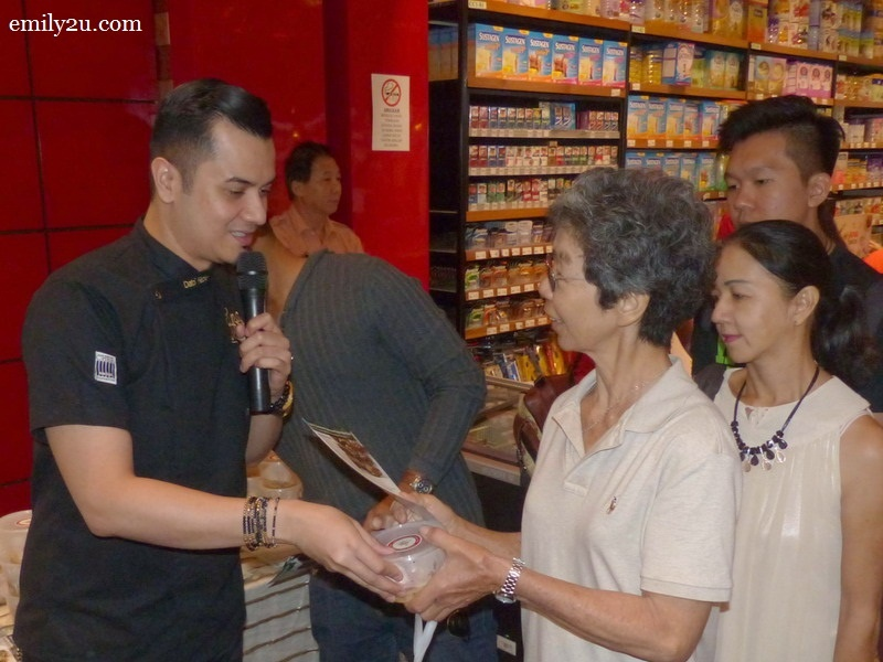3. Dato' Fazley Yaakob treats fans and shoppers to Caramelized Banana with Butterscotch Sauce