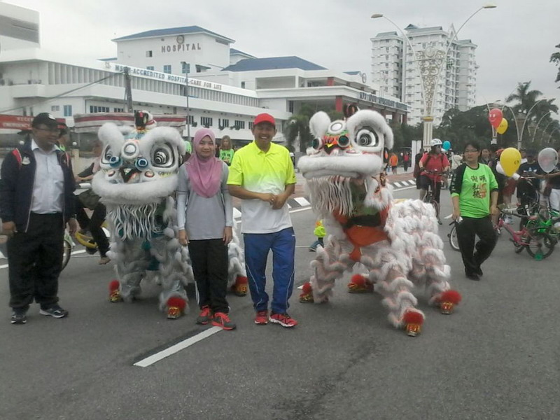 3. Ipoh City Mayor Datuk Zamri Man poses with a resident