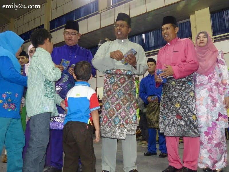 3. giving duit raya to children (L-R): Federal Minister Tan Sri Haji Noh bin Omar, Perak Menteri Besar Dato' Seri DiRaja Dr. Zambry bin Abdul Kadir & Ipoh City Mayor Dato' Zamri bin Man